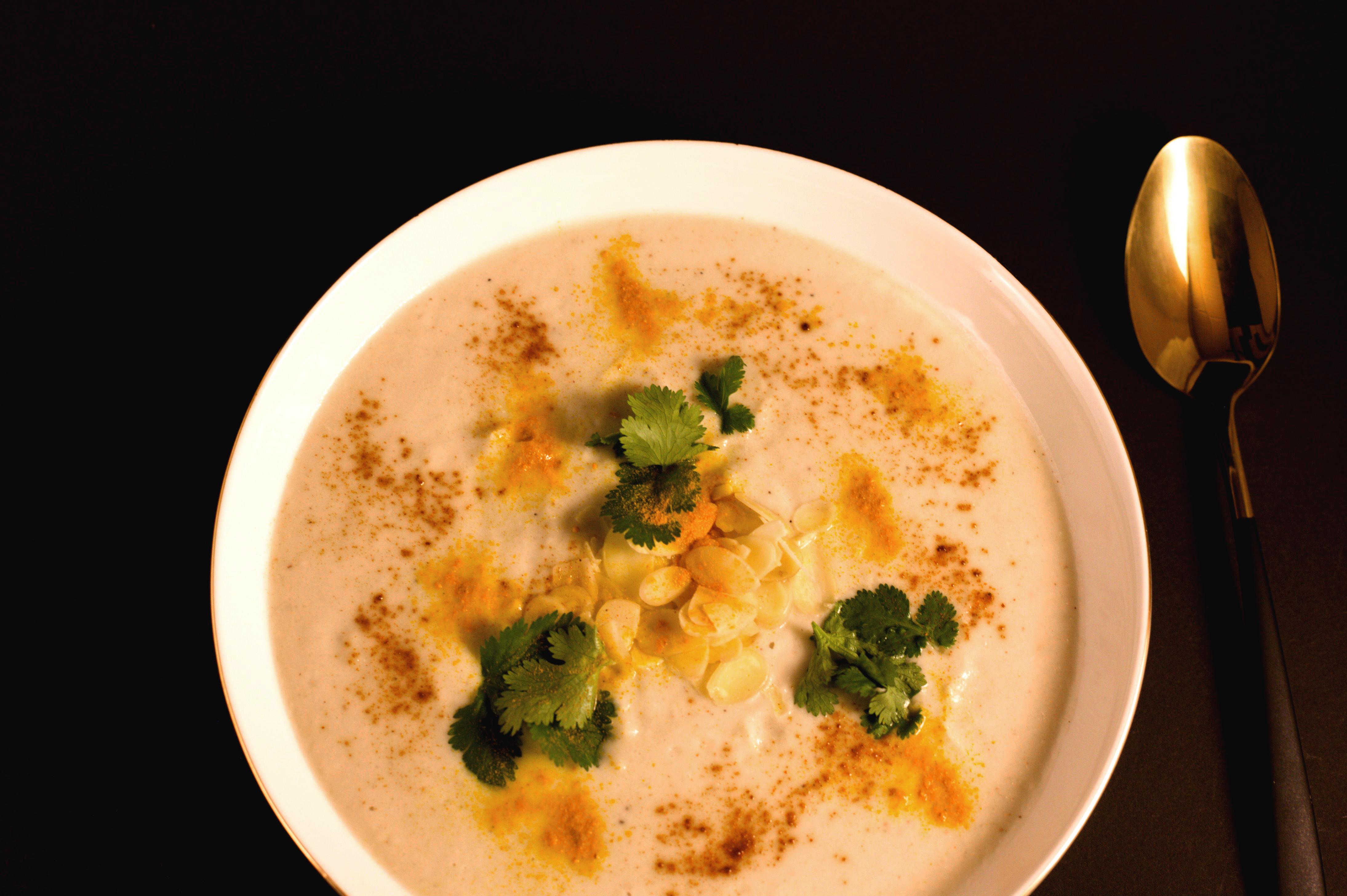 Vegane Blumenkohlsuppe mit Kokosmilch und Zitronengras